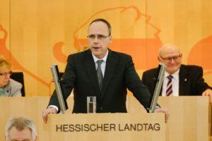 (C) Hessischer Innenminister Beutch am Rednerpult des hessischen Landtags, (C) Landtag Hessen